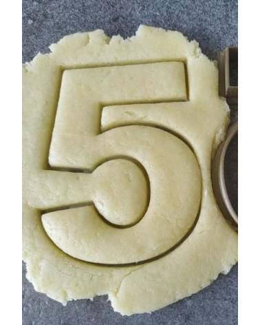 Biscuit sablé en forme de chiffre personnalisé avec un prénom
