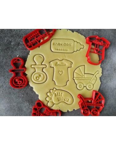 Plusieurs biscuits sablés sur le thème de la naissance