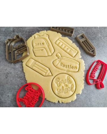 Plusieurs biscuits sablés sur le thème de la rentrée scolaire