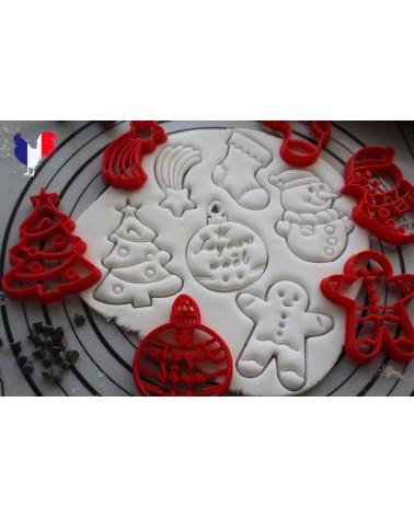 Plusieurs biscuits sablés sur le thème de Noël