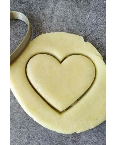 Biscuit sablé coeur découpé avec un emporte-pièce