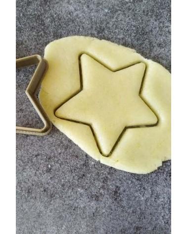 Biscuit sablé étoile découpé avec un emporte-pièce