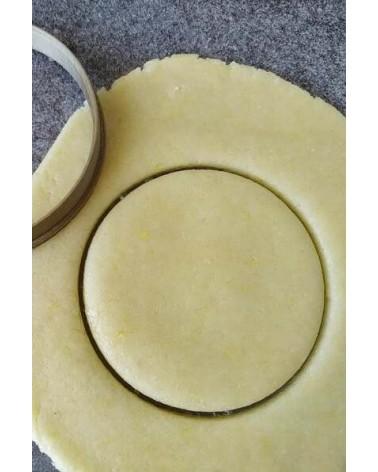 Biscuit sablé rond découpé avec un emporte-pièce
