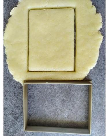 Biscuit sablé carré découpé avec un emporte-pièce