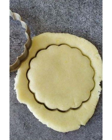 Biscuit sablé cannelé découpé avec un emporte-pièce