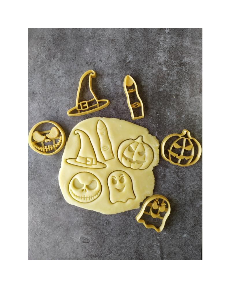 Plusieurs biscuits sablés sur le thème d'Halloween