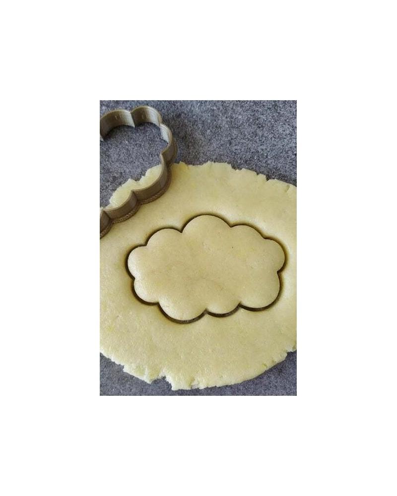 Biscuit sablé nuage découpé avec un emporte-pièce