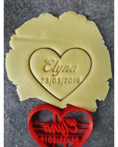 Biscuit sablé en forme de coeur personnalisé un prénom et une date
