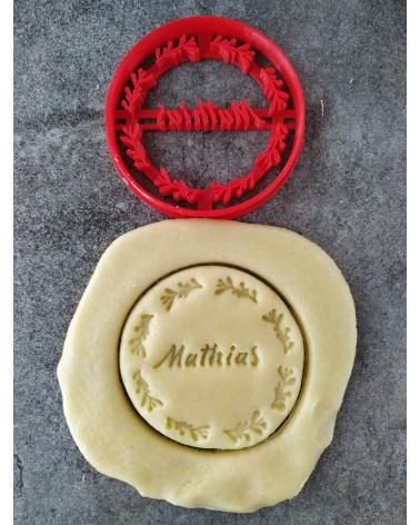 Biscuit sablé rond avec des motifs champêtres personnalisé avec un prénom